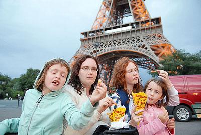 Stelpurnar borða franskar fyrir framan Eiffel turninn í kvöld